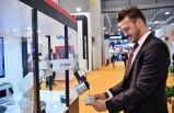 Robotuyla ziyaretçilere Türk kahvesi ikram etti