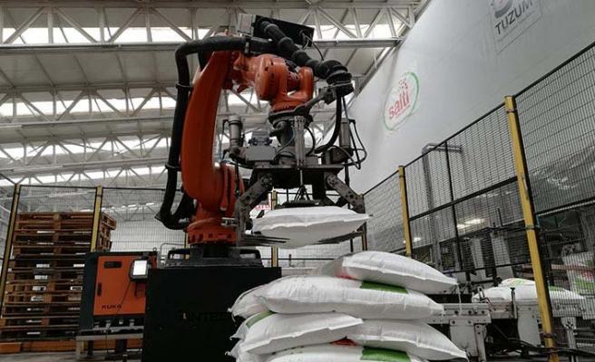 Paketleme ve paletleme proseslerinde robot kullanıyor
