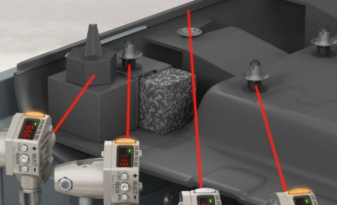 Q4X serisi sensör, siyah paneldeki siyah parçaları algılayabiliyor