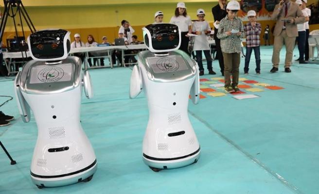 ROBOGOP ile robot eğitimi alan öğrenciler hünerlerini sergiledi