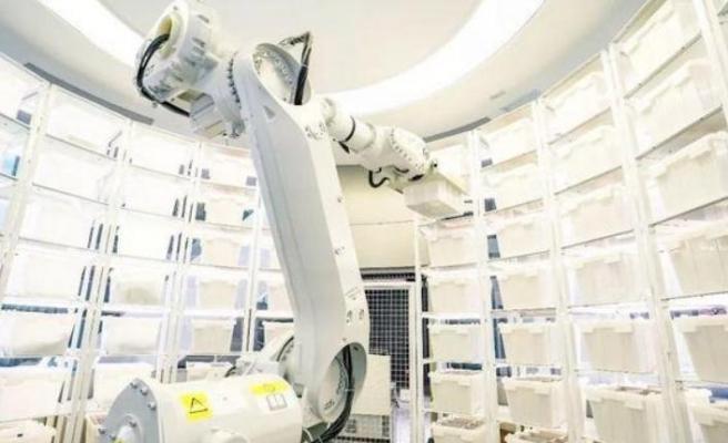 Mağazasında üç robotla 7/24 hizmet sunuyor