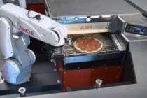 Nachi robotuyla Toyota standında pizza sunumu