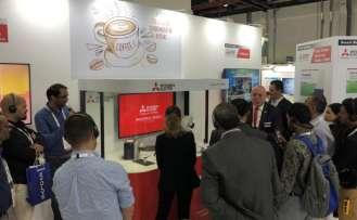 Robotuyla Dubai'de ziyaretçilere Türk kahvesi ikram etti