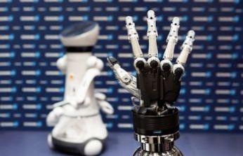 Almanya Başkanı Merkel ile Yarının Robot Elinden İnsan Eline