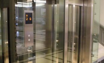 Renkli etiketler asansörün güvenliğine işaret ediyor